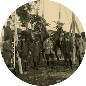 El rey Alfonso XIII posando después de cazar
